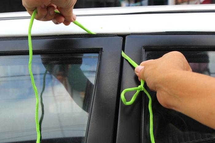 как продеть шнурок для вскрытия авто